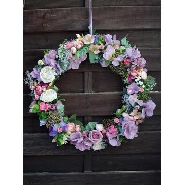 Sztuczne kwiaty, wianek na drzwi