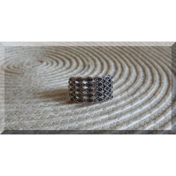 Ażurowy pierścionek o regulowanym obwodzie