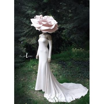 Suknia biała z jersey'u z kapeluszem różą