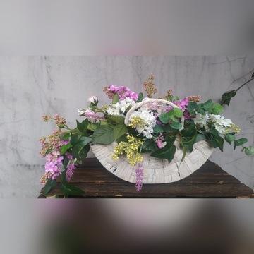 Kompozycja z kwiatów sztucznych w koszu