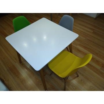 Stół biały z trzema krzesłami