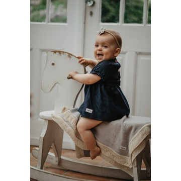 Lniana dziecięca sukienka z falbankami