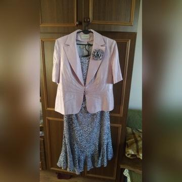 Różowa trzyczęściowa garsonka z bluzką i spódnicą