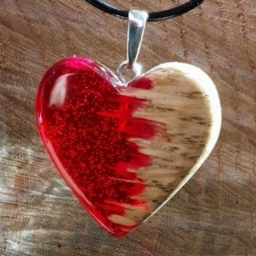 Naszyjnik z drewna i żywicy serce-czerwone