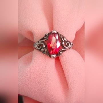 Stary srebrny pierścionek, rozm. 15,czerwone oczko