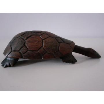Drewniany żółw z długą szyją - dekoracja