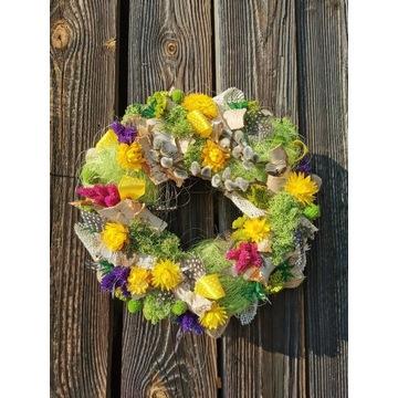 Kolorowy wianek z baziami i suszonymi kwiatami