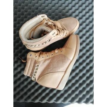 Bezowe buty na lekkim koturnie
