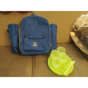 Plecak piknikowy razem z zastawą plastikową.