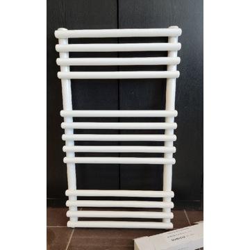 Grzejnik łazienkowy 700 400 biały prosty drabinka