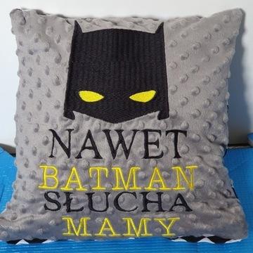 Poduszka dekoracyjna z haftem Nawet Batman Slucha