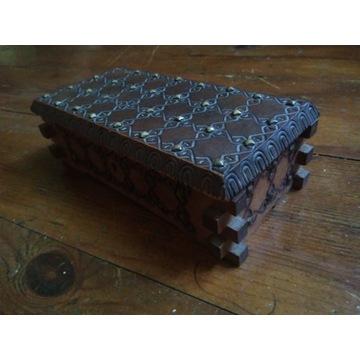 Drewniana szkatułka na drobiazgi antyk