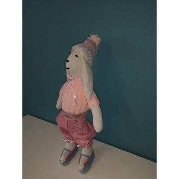 Królik (lalka)  w pięknej czapce i sweterku