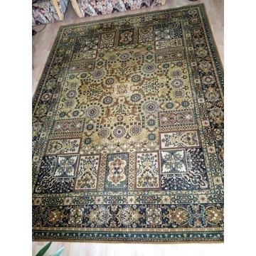 Piękny oliwkowy, wełniany dywan 250x340