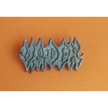 Logo Vader metalowa przypinka.