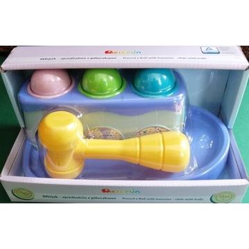 Zabawka edukacyjna wbijak ze zjeżdżalnią piłeczki