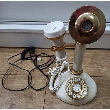 stary wysoki telefon z tarczą - styl retro vintage