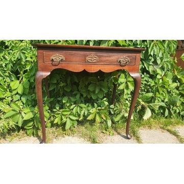 Stary drewniany zdobiony stolik.