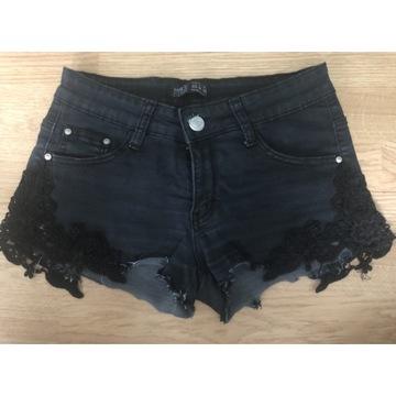 Czarne spodenki jeansowe z koronką