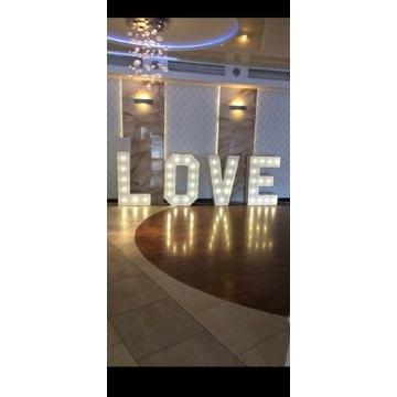 Napis LOVE do wynajęcia.