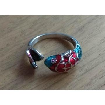 Śliczny srebrny pierścionek z kolorową rybą koi