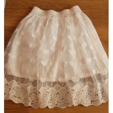 Piękna biała spódniczka