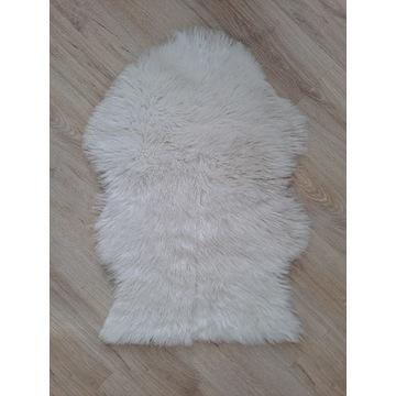 Dywanik biały długi włos