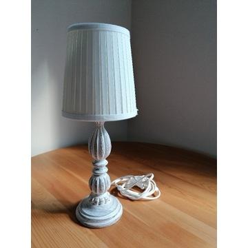 Drewniana lampka biurkowa.
