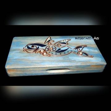 szkatułka drewniana zdobienia miedziane