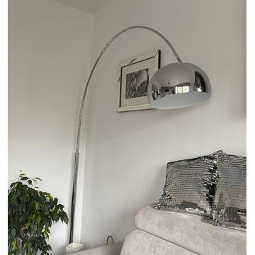 Wysoka lampa podłogowa na wysięgniku chrom