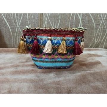 Mała torebka w stylu etnicznym z pomponami piękna