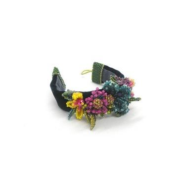 Bransoletka haftowana koralikami ze wzorem kwiatów