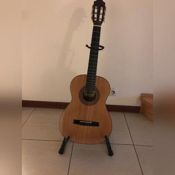 Gitara Hohner ze stojakiem i pulpitem na nuty