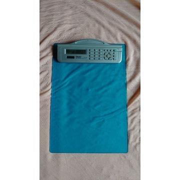 Plastikowa deska z klipsem i kalkulatorem