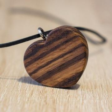 Serduszko wisiorek z drewna zebrano.