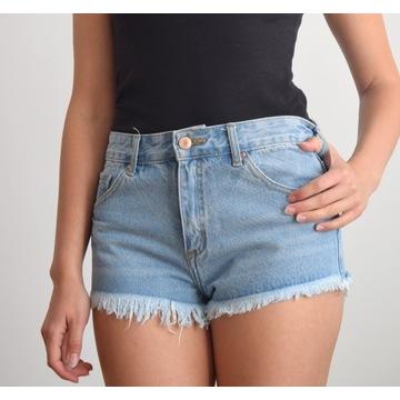 Krótkie spodenki jeansowe. Postrzępione szorty