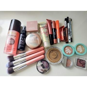 Duży zestaw kosmetyków do makijażu
