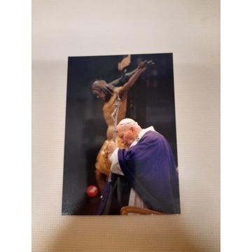 Relikwie - Jan Paweł II trzyma krzyż w objęciach