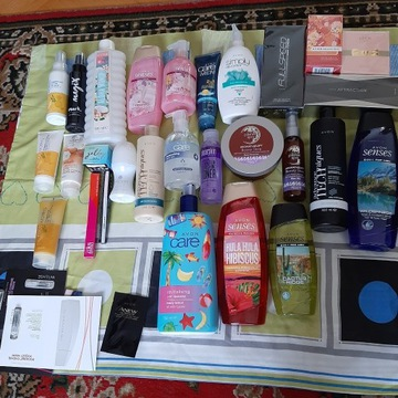 Zestaw kosmetyków firmy Avon