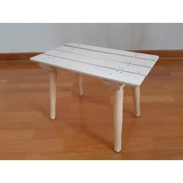 Mały, drewniany, biały taboret, kwietnik.