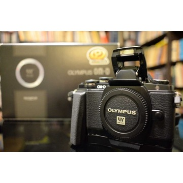 Olympus OM-D E-M10 czarny - korpus+grip, IDEALNY