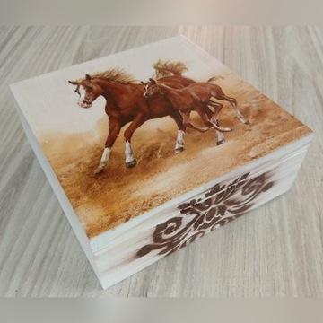 Drewniana szkatułka z końmi