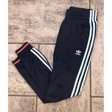 granatowe spodnie dresowe adidas joggersy