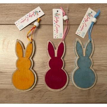 Drewniane króliki zawieszki. Wielkanoc, stroik