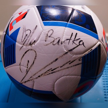 Piłka z podpisem Roberta Lewandowskiego