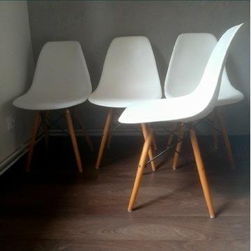 Krzesła białe.
