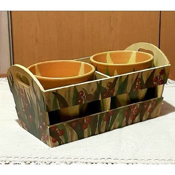 Ceramiczne osłonki w drewnianej skrzynce