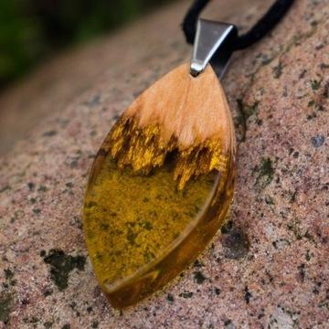 Wisiorek naszyjnik łezka z drewna i żywicy.