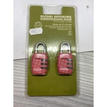 Różowe kłódki szyfrowe zabezpieczające bagaż