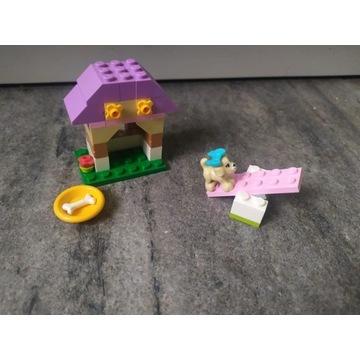 Zestaw klocków Lego z pieskiem.